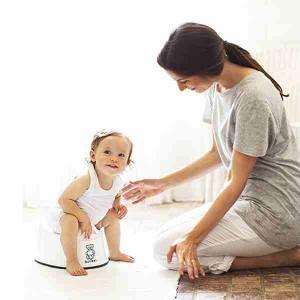 Мама приучает малыша к горшку